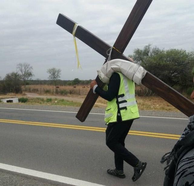 Guillermo Agüero cargando una cruz, camino a Salta. Fotos Facebook Rosario de la Frontera